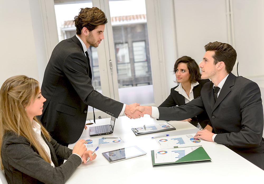 estrechando manos negocios coaching empresarial en cancun
