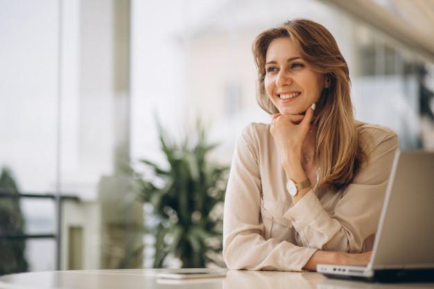 mujer de negocios trabajando en laptop coachmac coaching empresarial en cancun