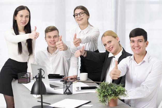 personas de negocio sonriendo coachmac coaching empresarial en cancun